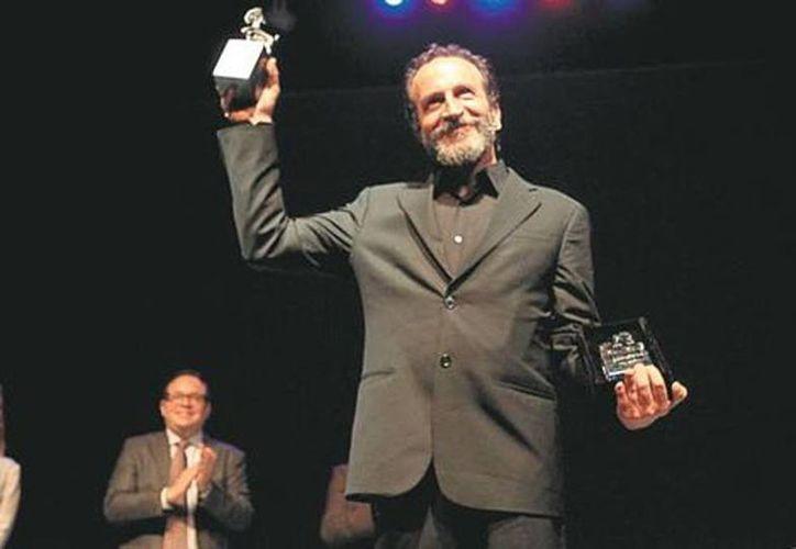 Daniel Giménez Cacho al recibir el Cabrito de Cristal y el Cabrito de Plata en  el Festival de Cine en Monterrey. (Roberto Alanís/Milenio)