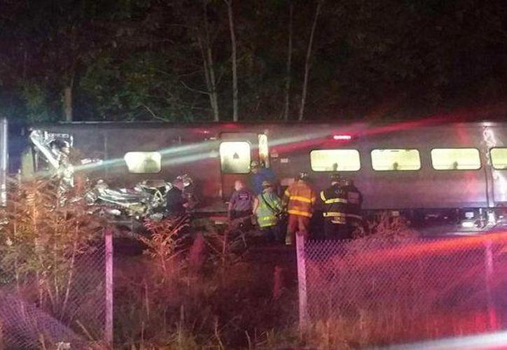 Entre 50 y 100 personas resultaron heridas al descarrilar un tren de pasajeros en Nueva York. (AP)