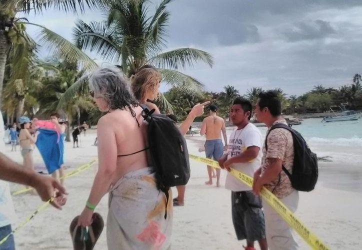 Los miembros de las cooperativas turísticas colocaron cintas amarillas en la playa para impedir el paso. (Sara Cauich/SIPSE)