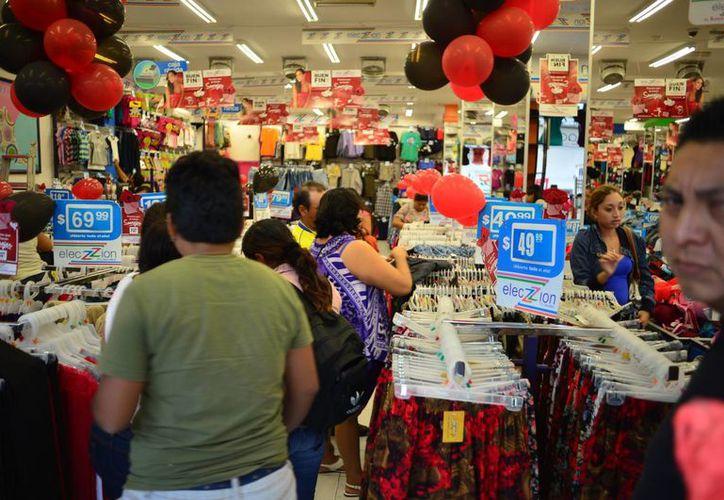 Compradores de Yucatán y otros estados de la región aprovechan en Mérida las ofertas de El Buen Fin. (Luis Pérez/SIPSE)