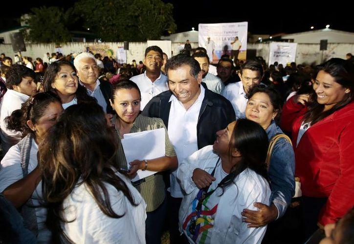 """Víctor Caballero Durán se sumó al evento para visitar la primaria """"Julia Ruiz Fuentes"""", ubicada en  Juan Pablo II, donde se reunió con padres de familia como parte de la campaña """"Piensa la vida"""". (Milenio Novedades)"""
