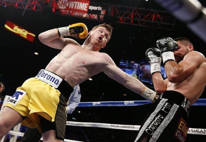 El combate entre Saúl Álvarez (i) y Alfredo Angulo fue suspendido en el round 10 debido a que este último estaba muy lastimado y no tiraba golpes al púgil jalisciense. (Agencias)