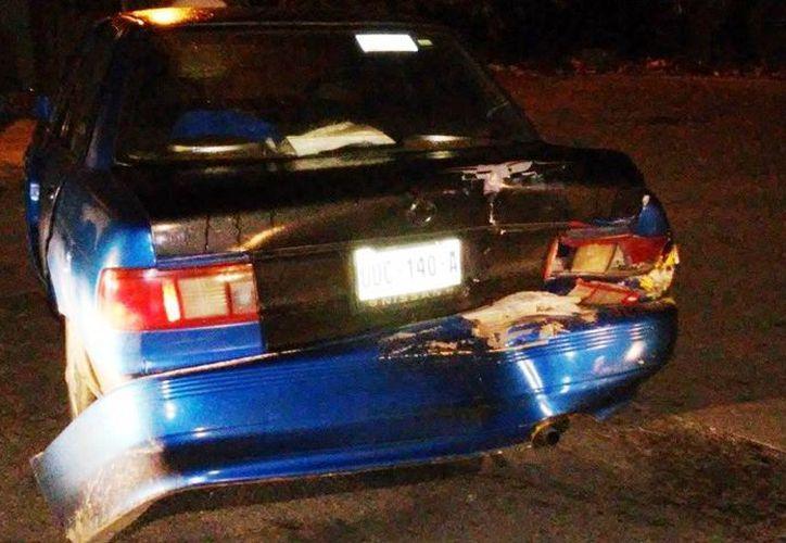 La parte trasera del Tsuru quedó abollada tras el impacto que le dio una camioneta fumigadora del Ayuntamiento de Solidaridad. (Redacción/SIPSE)