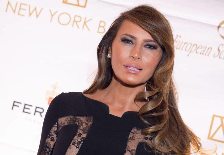 Melania Trump asiste a los actos de campaña de su marido manteniendo un perfil bajo. (AP)