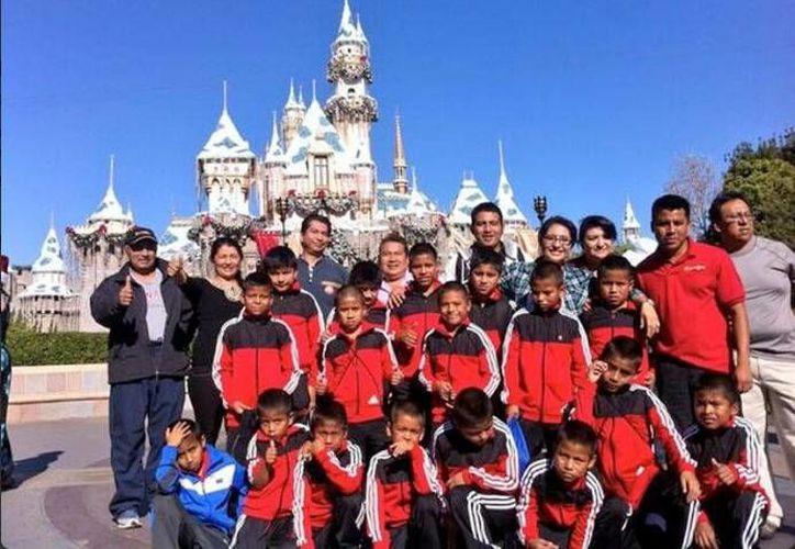 Los triquis basquetbolistas se tomaron una foto frente al castillo de la Cenicienta, en el parque de Disneylandia. (m-x.com.mx)