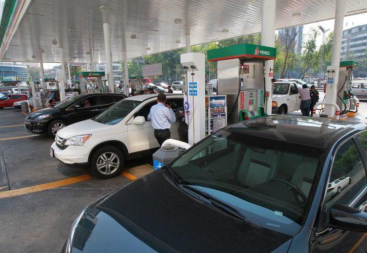 Actualmente, el litro de la Magna cuesta 11.36 pesos y el diesel a 11.72 pesos. (Archivo/Notimex)