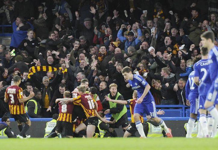 A los 38 minutos el Bradford perdía 0-2, pero en vez de darse por vencido le metió cuatro goles al Chelsea, que no había perdido ningún partido. (EFE)