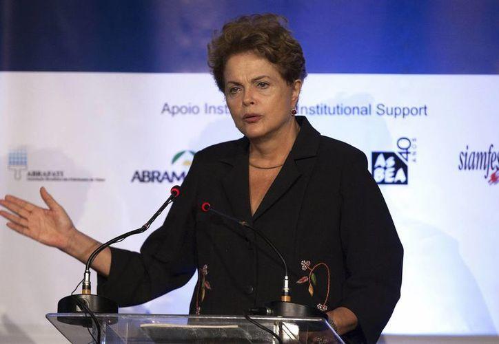 La presidenta Dilma Rousseff dijo que su gobierno está trabajando para que no decaiga la oferta de empleo en el país. (EFE)