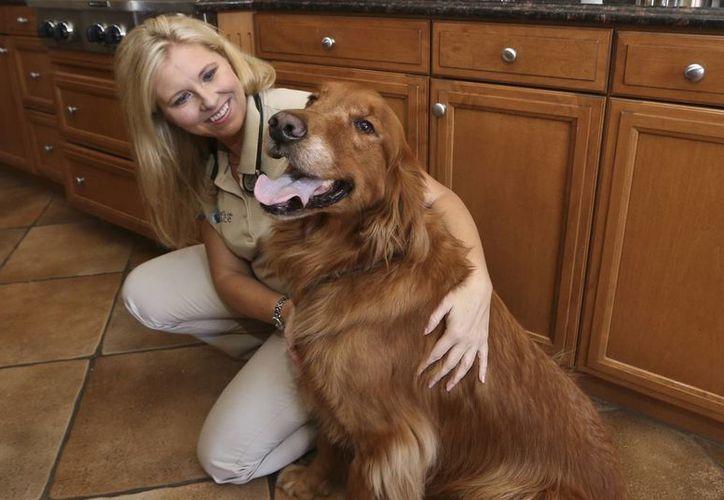 La veterinaria Jessica Vogelsang posa junto a Brody, su golden retriever. (Agencias)