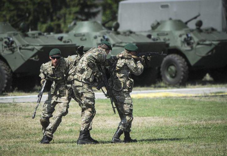 Guardias fronterizos urcanianos participan en un entrenamiento en un campamento del Servicio de Vigilancia Fronteriza Estatal en Kiev, Ucrania. (EFE)