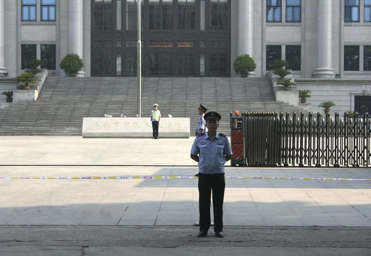 Policía en las inmediaciones del Tribunal Popular Intermedio de Jinan, donde se celebró el juicio contra el ex dirigente chino Bo Xilai. (Archivo/EFE)