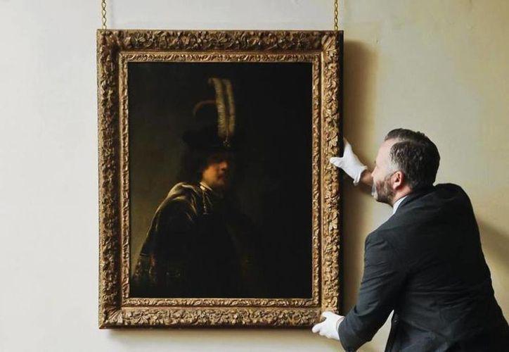 El autorretrato de Rembrandt, que se había atribuido a uno de sus pupilos, se expone en la Abadía de Buckland, en el condado inglés de Devon, Inglaterra. (AP)