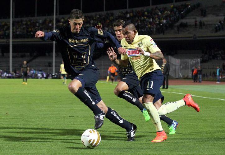 'Pikolin' Palacios (i) llega a Morelia después de la eliminación de Pumas a manos del América en cuartos de final de la Liga MX. (Notimex)