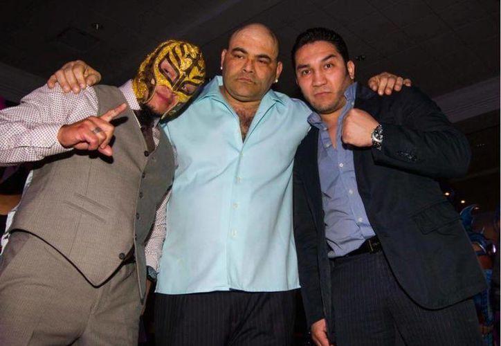 El extinto practicante de lucha libre 'Hijo del Perro Aguayo' (d) recibió un homenaje del Consejo Mundial de Boxeo. (record.com.mx)