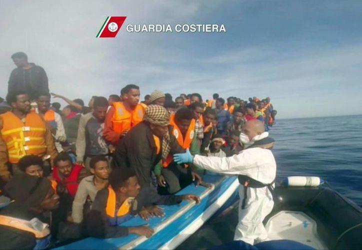 Italia rescata en las últimas horas a seis mil 771 sobrevivientes inmigrantes en el Mediterráneo. Imagen facilitada por los guardacostas italianos. (EFE)