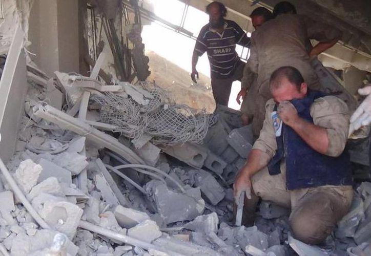 Imagen subida a la cuenta de Twitter de la Defensa Civil Siria, también conocidos como los Cascos Blancos, equipos de rescate voluntarios tras un araque aéreo en Talbiseh, Siria. (Agencias)
