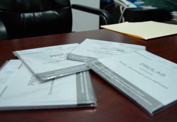 La Asociación Mexicana de Mujeres Empresarias recibió los discos que contienen una guía digital. (Victoria González/SIPSE)