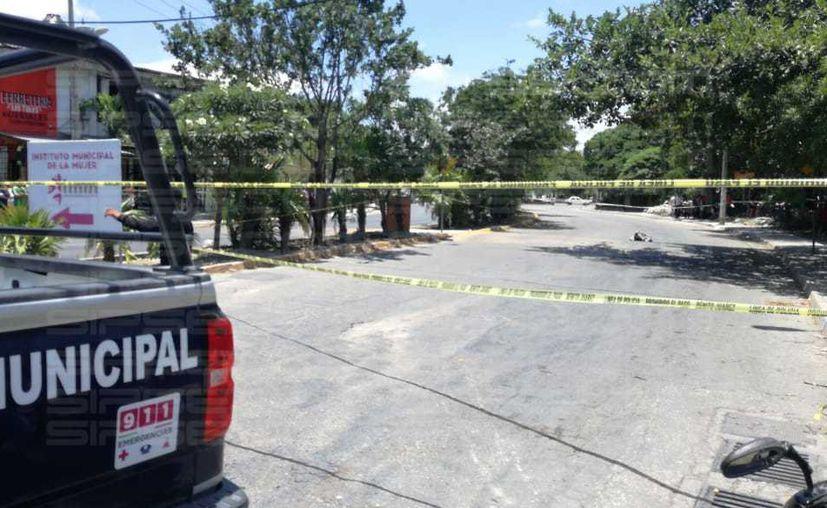 Los testigos señalaron que unos sujetos arrastraban con una cuerda desde una camioneta el cuerpo. (Redacción/SIPSE)