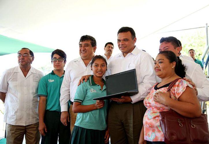 Entre sus actividades de ayer, el gobernador entregó computadoras del programa Bienestar Digital. (SIPSE)