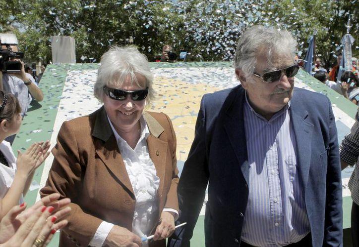 El presidente de Uruguay, José Mujica, y su esposa, la senadora Lucía Topolansky, durante un acto público. (Archivo/EFE)
