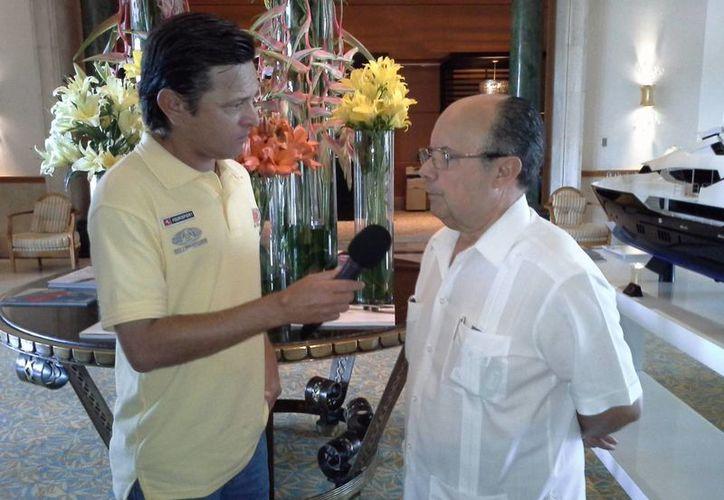 Russel Gutiérrez, de Sipse Noticias, entrevista a Plinio Escalante Bolio, hoy en Cancún, sede de la reunión de la LMB. (Marco Moreno/SIPSE)