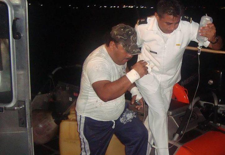 Personal de la Armada brindó los primeros auxilios pescador que se había herido una mano. (SIPSE)