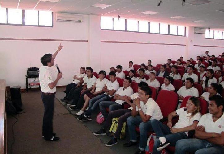 Durante la charla se invitó a los alumnos a continuar su preparación. (Milenio Novedades)