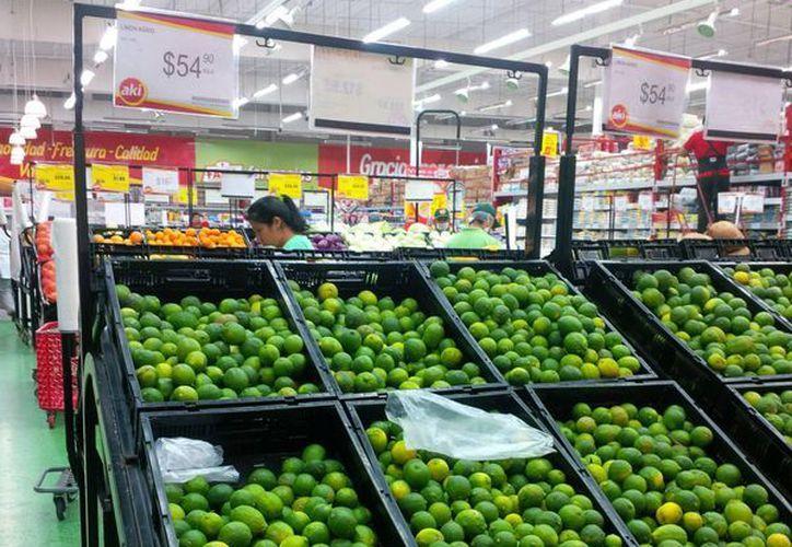 En supermercados el precio del limón oscila entre 50 y 55 pesos. (Julián Miranda/SIPSE)