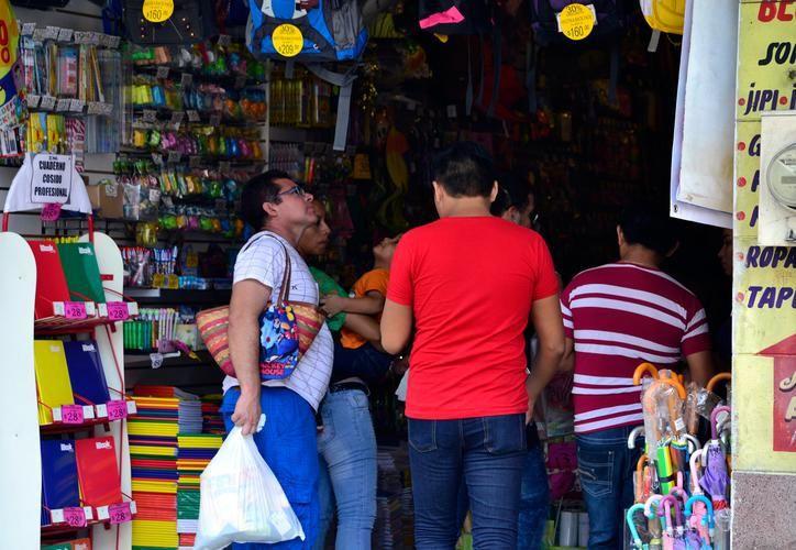 José Saúl Pech Pérez, padre de familia, dijo que con sus tres hijos en edad escolar gastará aproximadamente cinco mil pesos por útiles, uniformes y zapatos. (Milenio Novedades)