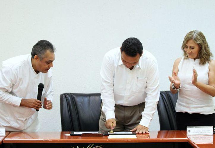 El gobernador Rolando Zapata  en la ceremonia de cancelación de la estampilla postal 'Navidad Mexicana'. (Cortesía)