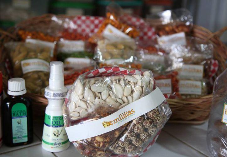 Un total de 50 tipos de semillas son vendidas en granel, entre ellas, la linaza, el amaranto y las nueces. (Luis Soto/SIPSE)