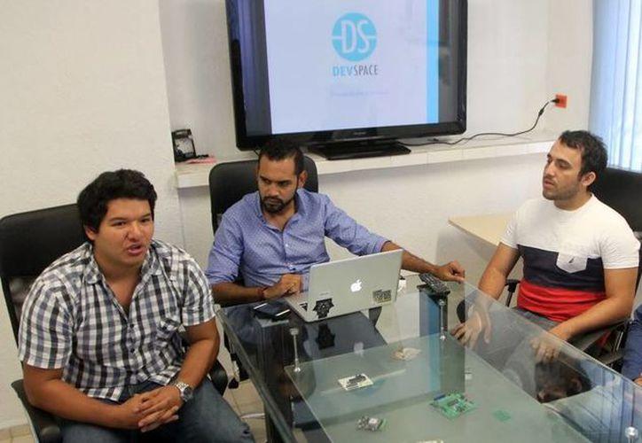 Jóvenes yucatecos emprendedores unieron fuerzas para crear Devspace, una empresa de desarrollo tecnológico. (Amílcar Rodríguez/SIPSE)