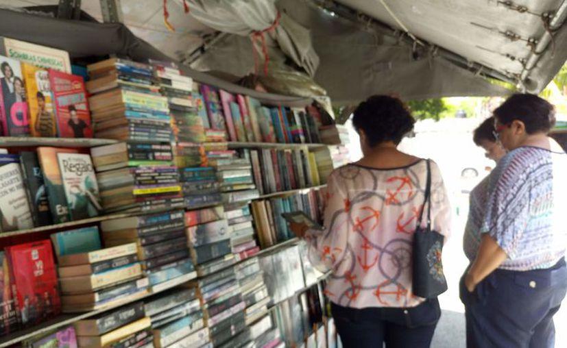 Se espera que la feria permanezca al menos una semana más para los que se interesan en la lectura. (Sara Cauich)