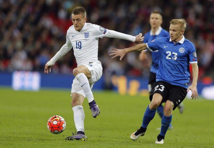Inglaterra, ya calificado desde antes a la Eurocopa Francia 2016, venció esta vez a Estonia. En la foto, Jamie Vardy (i) en un mano a mano con Taijo Teniste. Ya hay ocho selecciones clasificadas. (AP)