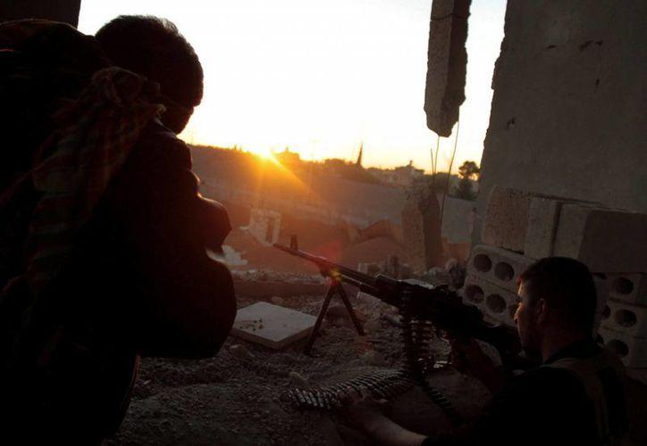 Soldados de las Unidades de Protección del Pueblo Kurdo, tras tomar el control de la localidad de Alouk, a unos cuatro kilómetros de Ras Al-Ayn en Siria. (EFE/Archivo)