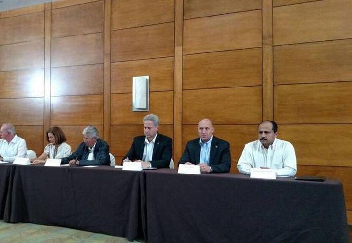 El secretario de Comunicaciones y Transportes, Gerardo Ruiz Esparza (c) encabezó la rueda de prensa sobre el incidente del lanzamiento del  satélite Centenario. (twitter/@diario24horas)