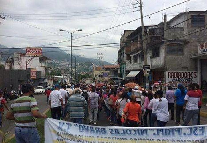 Durante la marcha en Acapulco en demanda de que aparezcan 43 estudiantes normalistas, algunas personas cometieron actos vandálicos en negocios. (Milenio)