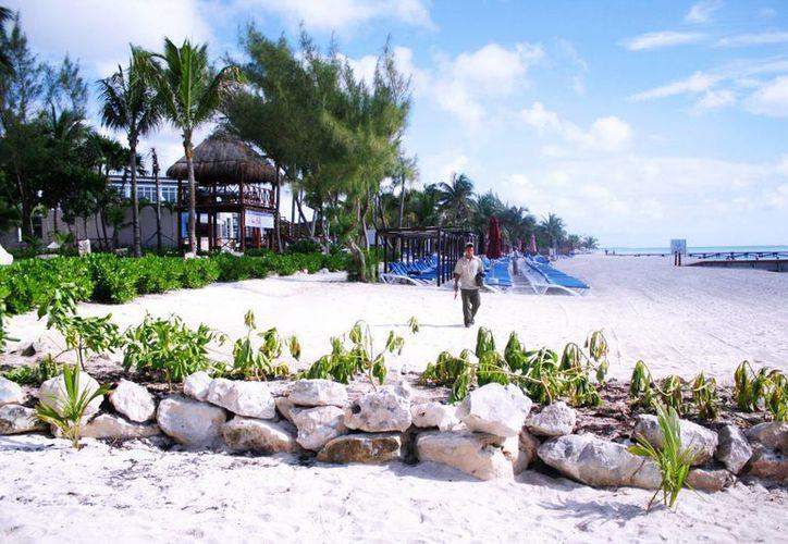 El hotel Azul Fives delimitó el espacio de su concesión de playas para impedir el paso del público en general. (Octavio Martínez/SIPSE)