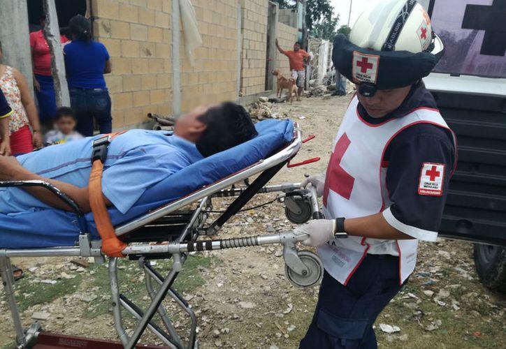 Paramédicos de la Cruz Roja le brindaron los primeros auxilios al lesionado.(Foto: Redacción)