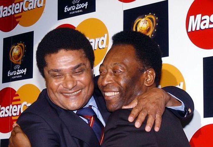 Abrazo de Pelé (d) y Eusebio en 2003, en el marco de las actividades promocionales para la Eurocopa de 2004 en Portugal. (Agencias)