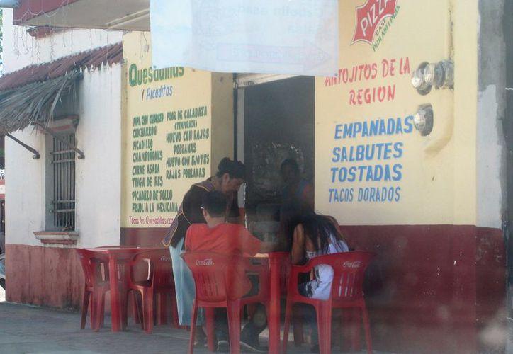Vendedores señalan  que al día ganan entre 60 y 70 pesos, dificultando los costos de trámites de sanidad. (Javier Ortiz/SIPSE)