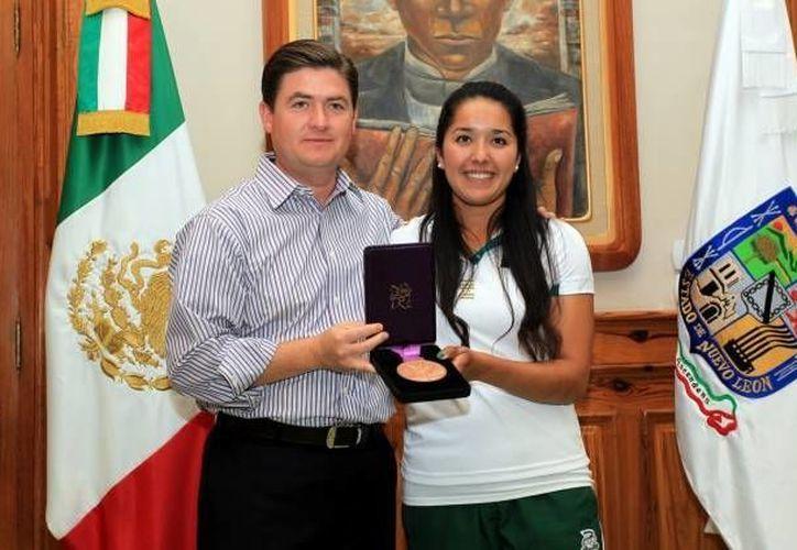 Mariana Avitia al recibir una distinción de las autoridades de Nuevo León tras obtener una medalla en Londres 2012. (Archivo Agencias)