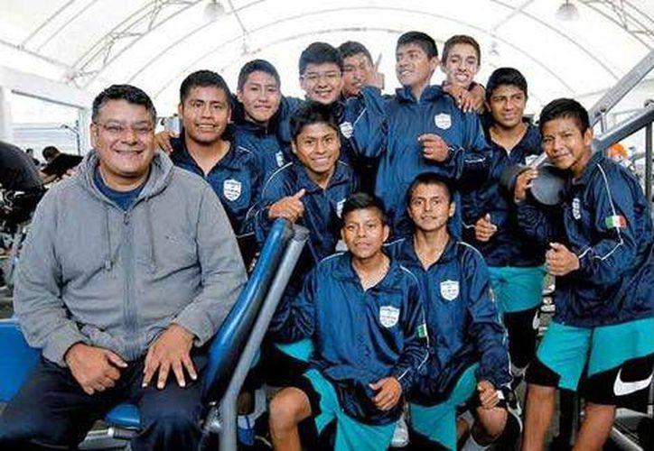 Los ahora jóvenes triquis con Sergio Zúñiga, El Profe. (Foto: Nelly Salas/Milenio)