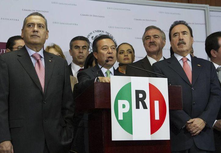 El presidente nacional del PRI, César Camacho Quiroz, acompañado de los coordinadores priistas en la Cámara de Diputados, Manlio Fabio Beltrones, y en el Senado, Emilio Gamboa Patrón. (Notimex)