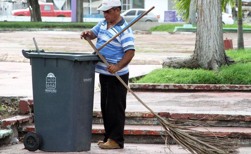Hombres y mueres integran las cuadrillas que laboran para el Ayuntamiento en la 'batalla' contra la basura. (Joel Zamora/SIPSE)