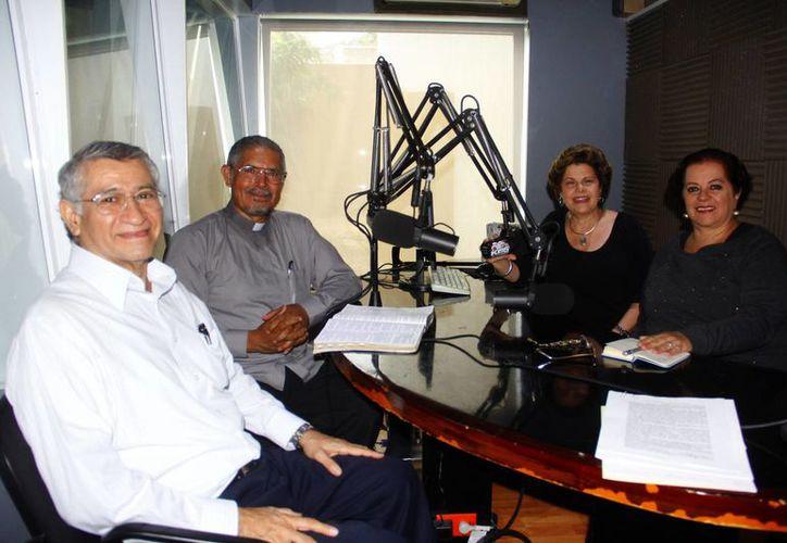Invitados y conductores del programa radiofónico Salvemos Una Vida.