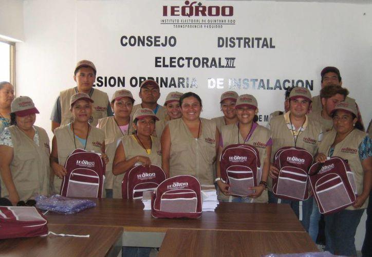 Capacitadores del Distrito XIV que visitarán a los ciudadanos. (Lanrry Parra/SIPSE)