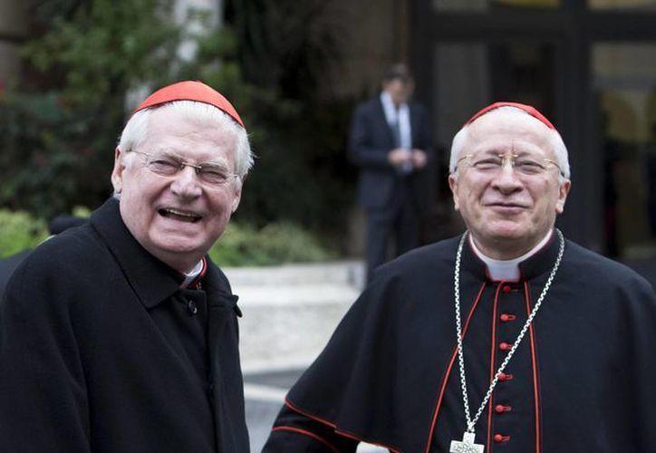 Los cardenales italiano Cardinals Ennio Antonelli (d) y Angelo Scola (i) llega a la congregación de purpurados preparatoria del cónclave que elegirá al sucesor de Benedicto XVI. (EFE)