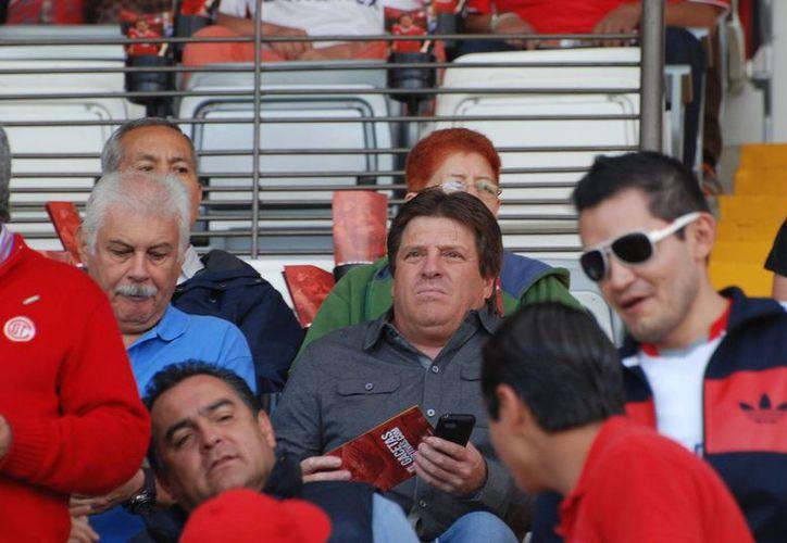 El director técnico de la Selección de México, Miguel Herrera, estuvo en el partido Atlas-Toluca disputado el domingo. Al dar a conocer Nueva Zelanda su lista de convocados, México ya sabe a que se enfrentará. (Notimex)