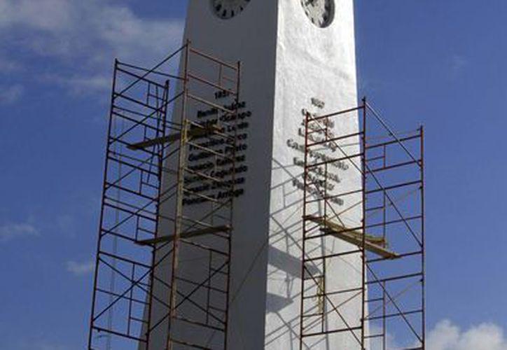 El reloj del Obelisco se mantuvo apagado durante el cambio de horario, debido a que el edificio está en mantenimiento. (Harold Alcocer/SIPSE)